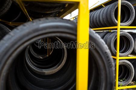 pneus para a venda em uma