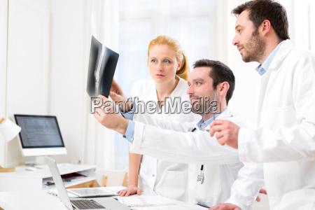 equipe medica que analisa um raio