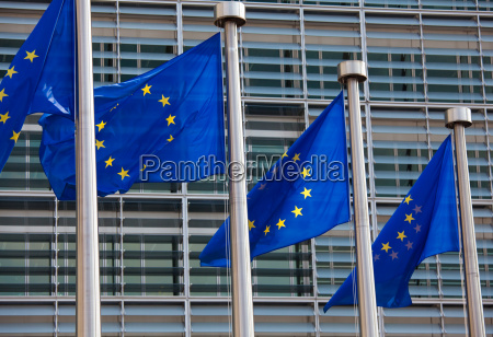 europaeische flaggen vor der europaeischen kommission