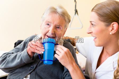 carer da cha de mulher velha