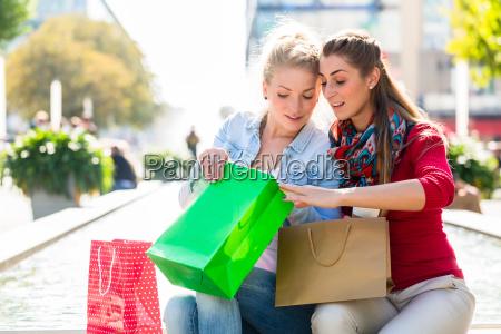 compra das mulheres com sacos de