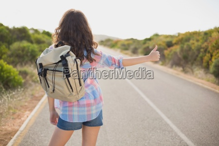 mulher que viaja na estrada do