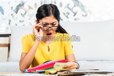mulher asiatica que verific o preco