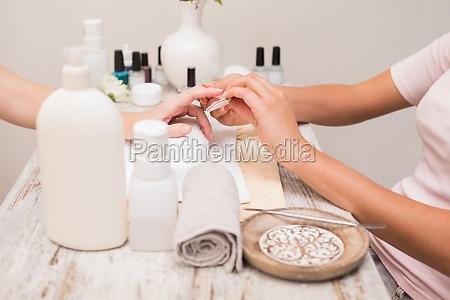 mulher mao maos toalha prego arquivamento