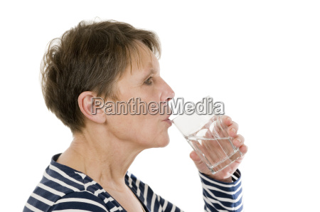 mulher madura beber agua