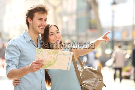 pares de turistas que consultam um