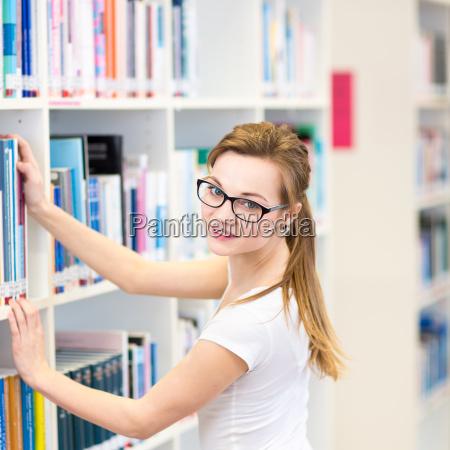 estudante universitario bonito femea em uma