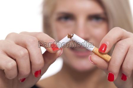 mulher fumaca cigarro viciado nicotina vapor