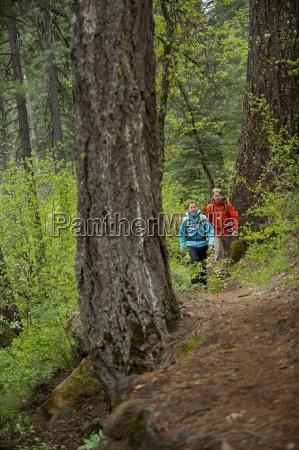 homem e mulher caminhadas em mccloud