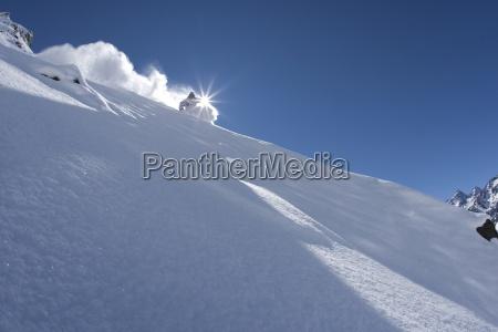 um esquiador esculpera em po perfeito