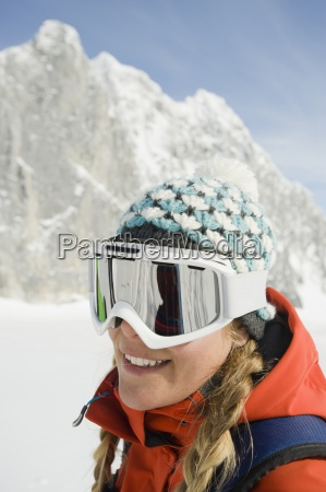 um esquiador jovem sorri para a