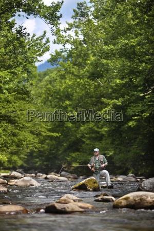 um pescador da mosca observa a