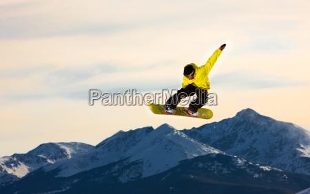 saltar snowboarder voa atraves do ar