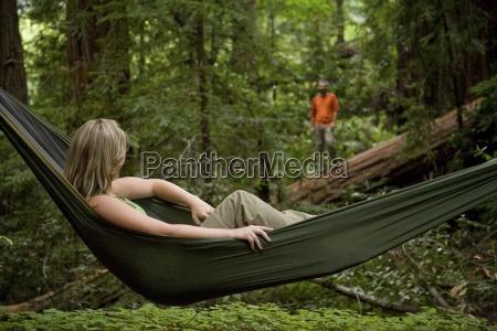 uma mulher relaxando em uma rede