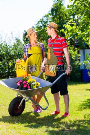 pares no jardim com carrinhos e