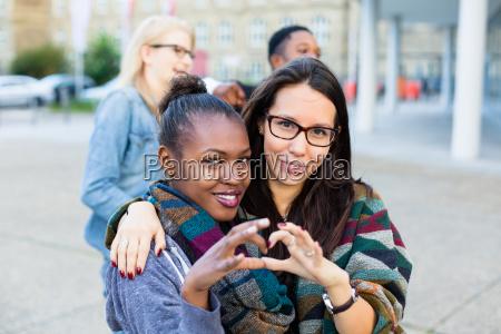 amigos multiracial na cidade