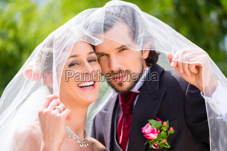 pares do casamento sob o veu