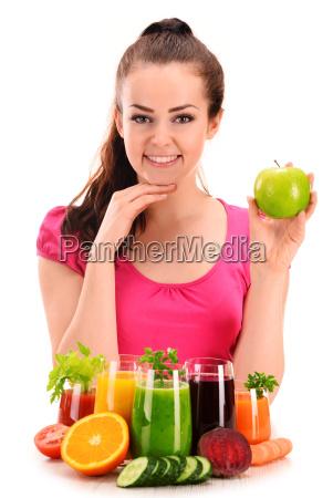 jovem, com, variedade, de, sucos, vegetais - 14122369