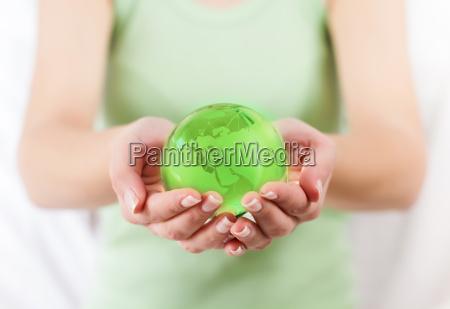 globo da terra verde nas maos