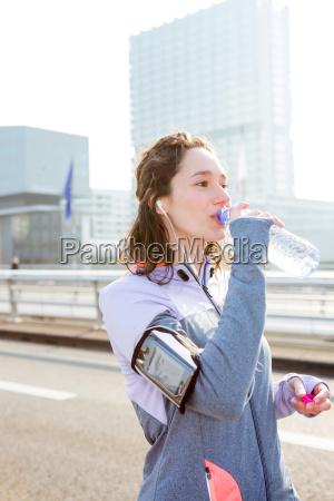 agua bebendo da mulher durante uma