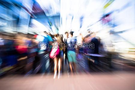 movimento in movimento sfocato folla
