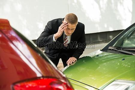 motorista estressado olhando para o carro