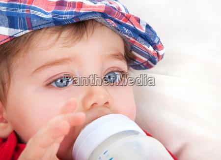 comer bonito do rapaz pequeno