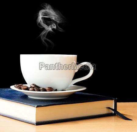 cafe quente e fumaca no tempo