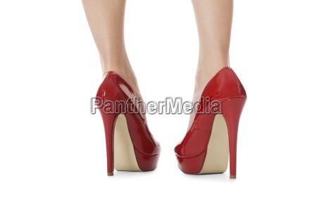 pernas femininas atraentes com vermelho estiletes