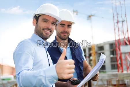 engenheiro e trabalhador observando o modelo