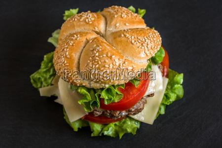 hamburger com legumes frescos