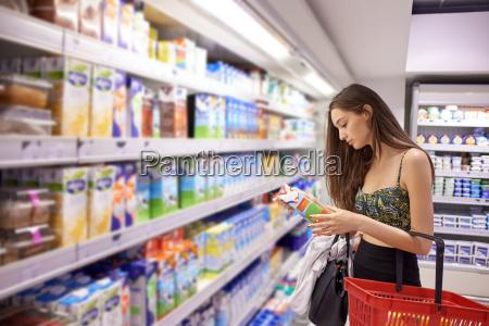 jovem mulher de compras