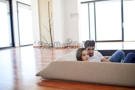 casal jovem descontraido em casa escadaria