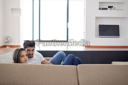 casal jovem relaxado em casa escadaria