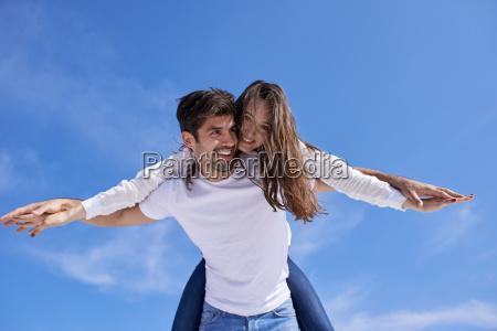 feliz jovem casal romantico se divertir
