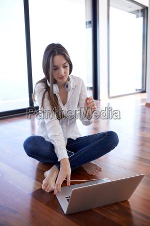 jovem relaxado em casa trabalha no