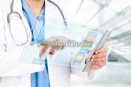 doutor masculino que trabalha com uma