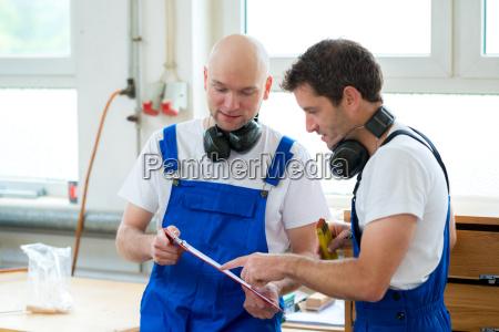 chefe trabalhador carpinteiro oficina