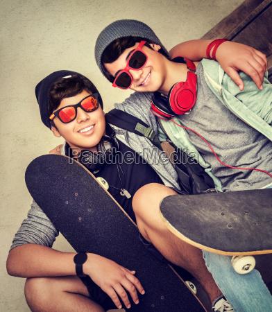 dois feliz adolescente meninos