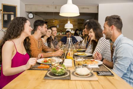 amigos que almocando no restaurante