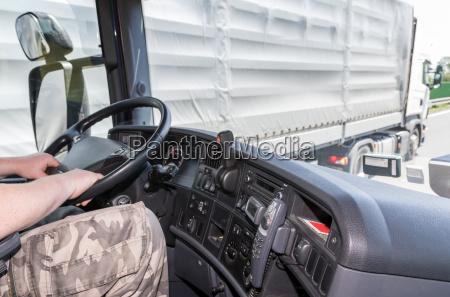 ultrapassagens de caminhoes na estrada