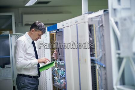 engenheiro de rede trabalhando na sala