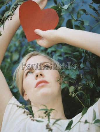 uma mulher loira segurando uma forma