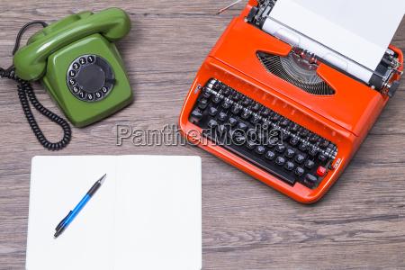 telefone velho com maquina de escrever