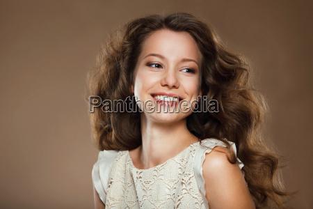 mulher risadinha sorrisos saude moda feminino