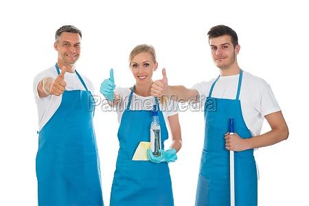 limpadores que mostram o polegar acima