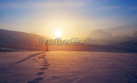 mulher montanhas inverno por do sol
