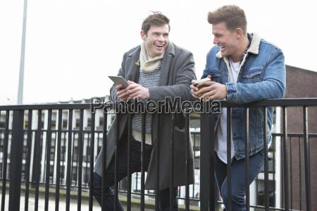 dois homens que falam na cidade
