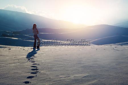 mulher do viajante nas montanhas