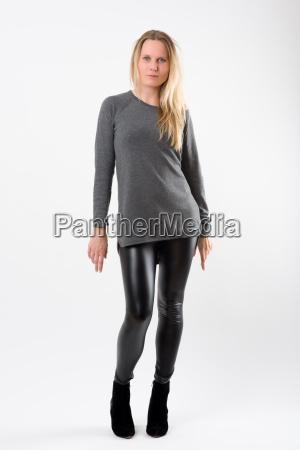 mulher loura da forma em calcas